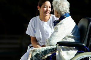 soignante avec une personne age